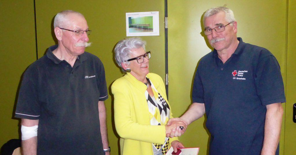 Für die 100. Blutspende wurden Ludwig Merker (links) und Rosel Best (Mitte) vom 1. Vorsitzenden Michael Büschel geehrt